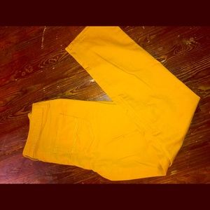 Mustard colored pants... Great for this fall 🍁🍂